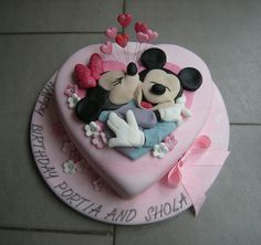 Mickey and Minnie in love ! Mickey And Minnie Cake, Mickey Cakes, Minnie Mouse Cake, Cake Pops, Pretty Cakes, Cute Cakes, First Communion Cakes, Paris Cakes, Friends Cake
