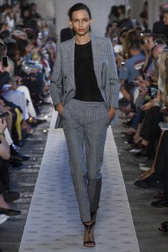Max Mara Spring 2018 Ready-to-Wear Collection Photos - Vogue