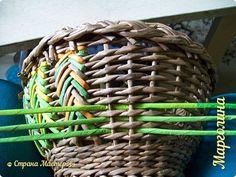 Поделка изделие Плетение Корзинка Ёлочка Бумага Бумага газетная Ленты Трубочки бумажные фото 2