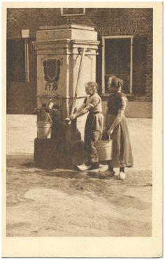 Het pompen van water met een dorpspomp door twee vrouwen - Nieuwenhuis, J.C. (uitgever); #Brabant
