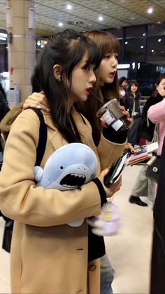 [Fancam][Photos] Blackpink Lisa Gimpo Airport Heading To Japan. ---With Lalice Blackpink Jisoo, Yg Entertainment, Blackpink Youtube, K Pop, Blackpink Members, Hip Hop, Blackpink Photos, Blackpink Fashion, Jennie Blackpink