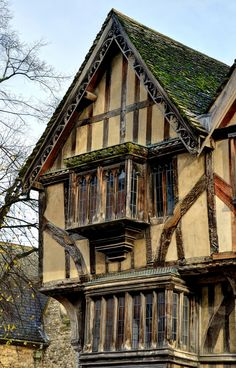 Medieval building, Oxford - original colour and not black and white ruined by the Victorians. Medieval Village, Medieval Houses, Medieval Life, Tudor House, Architecture Old, Parasitic Architecture, Old Buildings, 14th Century, Beautiful Buildings