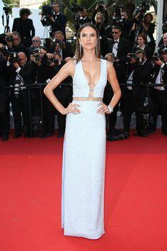 el blog ana suero-Alfombra roja Festival Cannes 2016-Alessandra Ambrosio Vestido Michael Kors recto escotazo