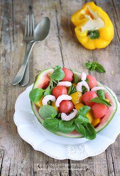 Insalata di anguria e gamberetti, insalata estiva fresca con peperoni, gamberetti e valerianella. Ricetta senza latticini e gluten free.