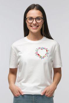 Flora Furora - für mehr Blumen im Leben!  T-Shirt mit Herz aus Blumen: Mit diesem T-Shirt in weiß/schwarz/grau kannst du ein Herz aus Blumen immer bei dir tragen. Du kannst zwischen Baumwolle und Bio-Baumwolle wählen. In die Hose gesteckt, wirkt das T-Shirt im High-Waist Style besonders gut ! Flower Power, Teen Girl Fashion, Unisex, High, Beautiful Patterns, Flower Prints, Custom Shirts, Organic Cotton, Women's Clothing