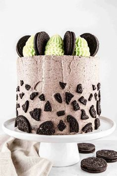 Hands up who loves Oreos! This Mint Oreo cake is to die for - a dark and decadent chocolate cake with layers of mint and Oreo buttercreams - FULL of crushed Oreos. What's not to like? #mintchocolate #oreocake #chocolatecakerecipe #layercake #crumbscorkscrews Cookies And Cream Frosting, Oreo Frosting, Strawberry Cream Cheese Frosting, Oreo Buttercream, Decadent Chocolate Cake, Hot Chocolate Cookies, Mint Chocolate, Oreo Flavors, Chocolate Flavors