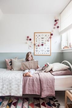 Super süßes Kinderzimmer in tollen Farben und dieser Teppich! Kids toddlers room decor with soft pastel grey and pink and white bed