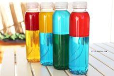Comment créer des bouteilles sensorielles bicolores à mixer pour apprendre les couleurs primaires et secondaires aux enfants.