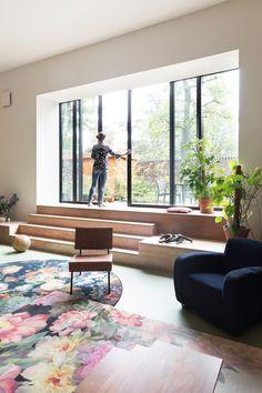 Job Zwaal en Joyce van Lanen lieten een oude gymzaal ombouwen tot kleurig woonhuis. Een ingrijpende klus, maar: 'Ik zou het zo weer doen.' Contemporary, Living Room, Future, Home Decor, Future Tense, Decoration Home, Room Decor, Living Rooms, Drawing Rooms