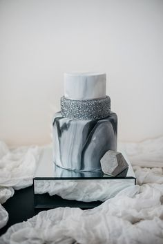 marble metallic cake - 7 Fabulicious Wedding Cake Trends for the Coming Season ⋆ PAPER & LACE