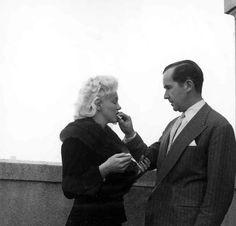 C'est accompagnée de son associé, le photographe Milton Greene, que Marilyn Monroe rencontre le journaliste Edward Murrow dans une suite de...