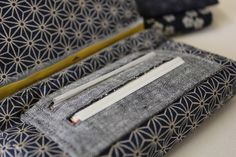 tutoriel couture blague a tabac Diy Couture, Couture Sewing, Diy Pochette, Sewing Clothes, Wallet, Purses, Crochet, How To Make, Bags