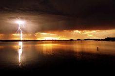 El Relámpago del Catatumbo, es el único fenómeno natural del mundo que regenera la capa de ozono, elemento que protege a nuestra atmósfera de la entrada de los rayos ultravioletas del sol. Su recurrencia es de 50 descargas por minuto durante siete horas y 140 días al año, equivalente a 980 horas anuales de eventos eléctricos, que lo ubica como el lugar del mundo con mayor tiempo de descargas eléctricas. :D