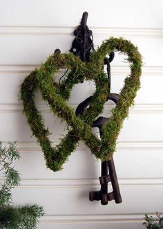 mossy hearts -- got to make some Noel Christmas, Christmas Wreaths, Christmas Decorations, Holiday Decor, Moss Decor, Garden Bulbs, Heart Wreath, Nature Decor, Porch Decorating