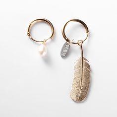 WOUTERS & HENDRIX Goudkleurige zilveren oorbellen met zoetwaterparels $135.00 euro    ^ I have no idea what that says..