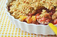 Es ist Rhabarber-Saison! Hier findet ihr ein leckeres Rezept für selbst gebackenen Erdbeer-Mango-Rhabarber-Crumble mit Erdbeer-Sorbet. So fruchtig!