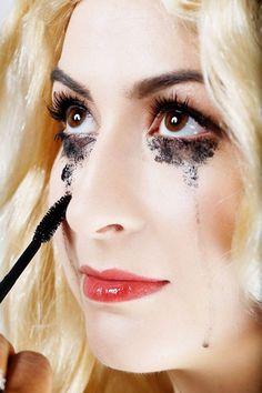faux sang maison- maquillage Halloween femme avec mascara coulé