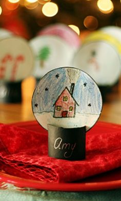 Easy to make snow globe place card setting from @makeandtakes | Christmas Place Card Ideas