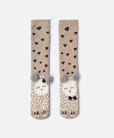 Socken mit Schaf - Socken - Modetrends des Frühjahr/Sommer 2017 für Damen bei Oysho Online: Dessous, Sleepwear, Sport, Beachwear, Schuhe & Accessoires, Unterwäsche, Sportbekleidung , Schlafanzüge , Badebekleidung , Bikinis, Bodys, Nighties.