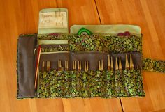 pochette knit pro + accessoires Knitting Needle Storage, Knitting Needles, Crochet Hooks, Knit Crochet, Tool Hooks, Diy Sac, Needle Book, Sewing Kit, Knitting Accessories