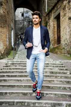 12 amazing casual outfits for guys. photography poses for men Portrait Photography Men, Photography Poses For Men, Mdv Style, Men's Style, Style Blog, Street Style Magazine, Der Gentleman, Casual Outfits, Men Casual