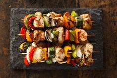 Maak je eigen creatie; Heerlijke kipspiesjes van de barbecue (of grill), in een marinade van honing, sojasaus en knoflook. Gebruik uw favoriete groenten, bijvoorbeeld ui, paprika, kerstomaatjes of champignons. Een kipspies, maar dan net even anders!