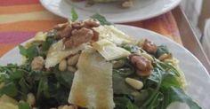 Εξαιρετική συνταγή για Σαλάτα με ρόκα και σως μελιού... στη φωλιά της!. Είναι μία πεντανόστιμη σαλάτα που τονίζει την πικάντικη γεύση της ρόκας και την γλύκα της σως μελιού! Άσε που μου θυμίζει και κάτι από... Ιταλία! Λίγα μυστικά ακόμα Εναλλακτικά μπορείτε να βάλετε μισή δόση ρόκα και μισή σπανάκι.Προαιτερικά μπορείτε να προσθέσετε και ρόδι ή λιαστή ντομάτα!Μπορείτε να κάνετε και ατομικές φωλιές παρμεζάνας και να σερβίρετε ανάλογα.