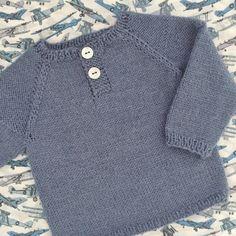 Om modellen: Nem bluse strikket oppefra og ned med stolpelukning og detalje over skulderstykkerne. Modellens færdige mål: Str.: Præmatur 1...