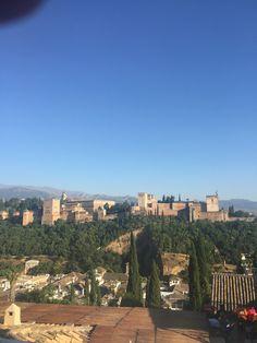 La Alhambra es una ciudad palatina de Andalucía. Formado por un conjunto de Palacios, jardines y fortaleza. Sirvió como alojamiento al monarca y a la corte del reino Nazarí de Granada.