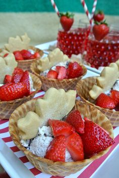 Chic Canadiana - Canada Day party, ice cream dish with strawberries and maple leaf cookies Canada Day 150, Happy Canada Day, Canada Eh, Maple Leaf Cookies, Canada Day Fireworks, Canada Day Party, Canadian Food, Canadian Cuisine, Canadian Culture
