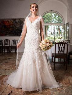 H&G-Kollektion: Elegantes, perlenbesticktes Brautkleid mit V-Ausschnitt im Fit & Flare-Stil – also im Oberteil eng anliegend und ab der Hüfte leicht ausgestellt. Fit And Flare, Lace Wedding, Wedding Dresses, Elegant, Classic, Fashion, Wedding Dress Lace, Dress Wedding, Bridal Gown
