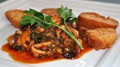 Necesitamos   1 diente de ajo  180 gramos de cebolla  30gramosde aceite  100gramosde tomate natural triturado  700gramosde calamar li...