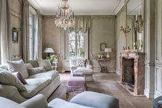 Landhuis in Franse stijl  Inrichting van een woning in de sfeer van een 18de eeuws Frans landhuis.De living ruimte werd volledig gelambriseerd in de Franse Régence stijl.