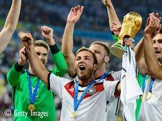 Die WM-Stars sind im Anflug auf Berlin!! Wir zeigen euch das LUSTIGSTE BILD aus dem Flugzeug! HIER:  http://www.shape.de/bildergalerie/b-27506/fussball-weltmeisterschaft-2014-promis-im-wm-fieber.html