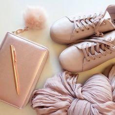 Quando capisci che il rosa cipria e l'oro rosa ti hanno stregato... Scarpe, sciarpa e charm di H&M. Agenda Dokibook, penna Paperchase.