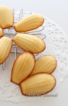 I made these cute Madeleines based on the cookbook 優格点甜点厨房(Yoghurt Dessert Kitchen). The recipe is quite easy to follow without using the cake mixer and can be done within 15 minutes minus the baking time. These Madeleines are a bit on a dry side but the texture was soft because of yoghurt added and  had a …