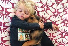 赤ちゃんと子犬が寄り添うお昼寝が、もうかわいくてかわいくて | roomie(ルーミー)