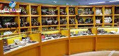 La tienda es bien conocida por los extranjeros. Algunas tiendas serán cerradas en Nagoya, Fukuoka y Tokyo. Vea más. La tienda Komehyo anunció medidas el vi