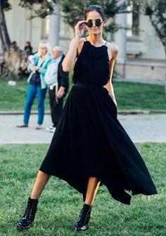 All Black Looks im Sommer? Aber ja! Zum Beispiel für alle, denen weiße Sommerkleidchen zu süß sind: schwarze Summer Dresses sehen super cool aus. Auf leichten Stoff achten! #sommerkleid #schwarz #black #sommer #look #dress ©getty Images