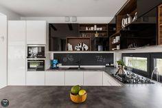 Large, simple, modern family kitchen. Kuchnia otwarta by stabrawa.pl
