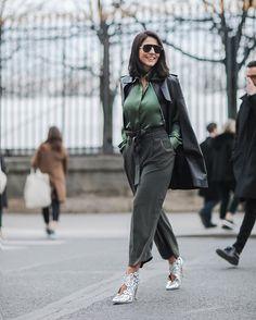 WEBSTA @ fhits - As propostas ton sur ton, nessa temporada, dominaram minhas produções. Para a tarde em Paris, cores sóbrias e nuances esverdeadas presentes na camisa esmeralda @gloriacoelho e na calça clochard cropped militar (na modelagem que, definitivamente é a minha) 😉❤ A bota desejo e única @masque_oficial merece post exclusivo! 😊 #AliceFerraz #MeuLookFhits #FhitsTips #FhitsTrendAlert #FhitsParis