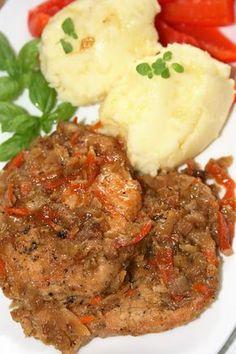 Lubię mięso duszone z warzywami, bo takie dania są bardzo łatwe i smaczne. Sprawdził się nawet schab, zazwyczaj dość suchy - w tej potrawie ...