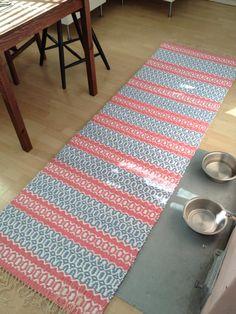 Raitoja ja räsymattoja: Pitsiraitamatto Loom Weaving, Hand Weaving, Rug Inspiration, Floor Cloth, Textiles, Weaving Patterns, Recycled Fabric, Woven Rug, Handmade Rugs