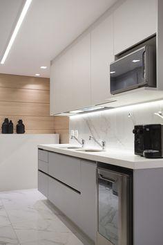 Cozinha com padrão marmorizado nos revestimentos em porcelanato, quartzo branco nas bancadas, e marcenaria cinza. Kitchens, Kitchen Cabinets, Home Decor, White Porcelain Tile, White Quartz, Gray Kitchen Cabinets, Decoration Home, Room Decor, Cabinets