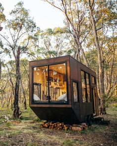 Unplug at This Off-Grid Tiny Home in South Australia - House Architecture Tiny Cabins, Tiny House Cabin, Tiny House Living, Tiny House On Wheels, Modern Cabins, Off Grid Tiny House, Off Grid Cabin, Off The Grid Homes, Wood Cabins
