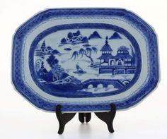 Lote 4653 - TRAVESSA EM PORCELANA DA CHINA SÉC XVIII - Travessa porcelana da China, período Qianlong (1736-1795). com decoração a azul de paisagem fluvial com pagodes. Dim: 28,5x21 cm. - Current price: €120