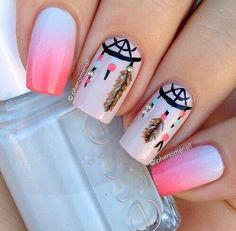 Uñas con degradados en blanco y rosa, una de ellas en beige, decoradas con diseños de atrapa sueños