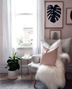 Gemütliche Ecke zum Entspannen mit Kuscheldecke und schönen rosé farbenden Ki… Cozy corner to relax with blanket and beautiful pink colored pillows, matching the wall. Real and painted plants complete the whole thing. Bedroom Furniture Design, Living Room Furniture, Living Room Decor, Bedroom Decor, Furniture Ideas, Bedroom Ideas, Apartment Furniture, Blush Living Room, Bedroom Headboards