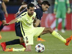 Sergio Busquets arrebata un balón a Javier Pastore. El canterano del Barça dio un recital que combinó kilómetros, anticipación y toque de balón