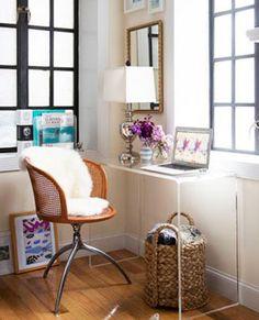 escritorio en una esquina de la habitacin